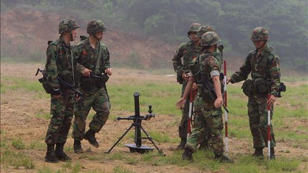 Tropas de la Marina de Corea del Sur permanecen en la línea costera del Mar Amarillo en la Zona Desmilitarizada que separa a Corea del Norte y Corea del Sur, en la Isla de Yeonpyeong en Incheon City, 200 Km al noroeste de Seúl (Corea del Sur). EFE