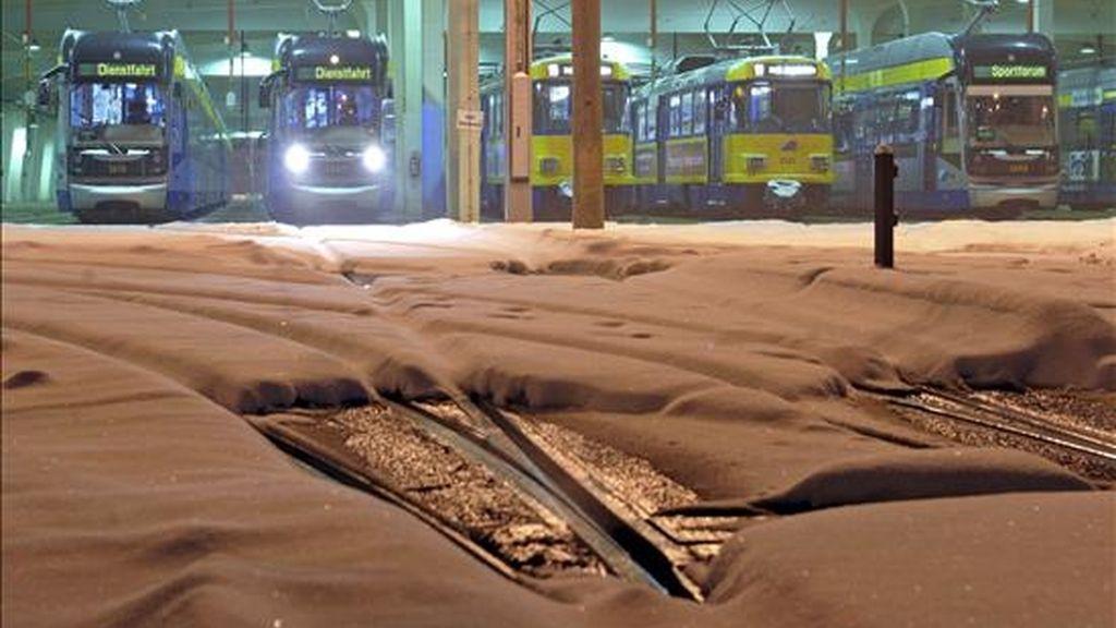 Una fotografía facilitada hoy, 9 de diciembre de 2010, que muestra la nieve que cubre los carriles del tranvía de Leipzig, Alemania. Las fuertes nevadas caídas sobre Alemania se cebaron hoy en las carreteras y tráfico ferroviario de todo el país, que quedó prácticamente cubierto de norte a sur bajo un grueso manto blanco. EFE