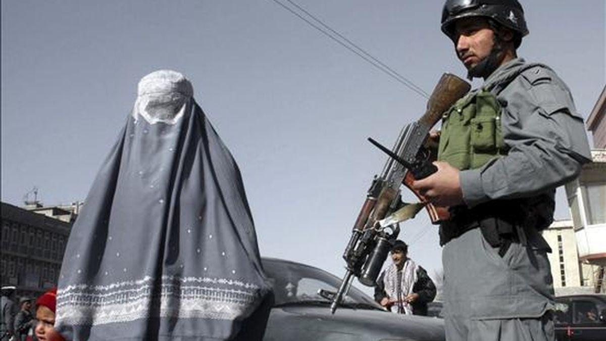 Un policía afgano hace guardia en una calle de Kabul (Afganistán). EFE/Archivo