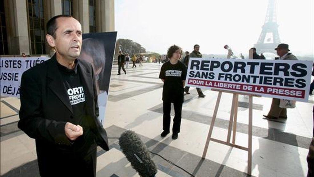 El secretario general de Reporteros Sin Fronteras (RSF), Robert Menard, atiende a los periodistas en la plaza del Trocadero en París (Francia) durante una concentración. EFE/Archivo