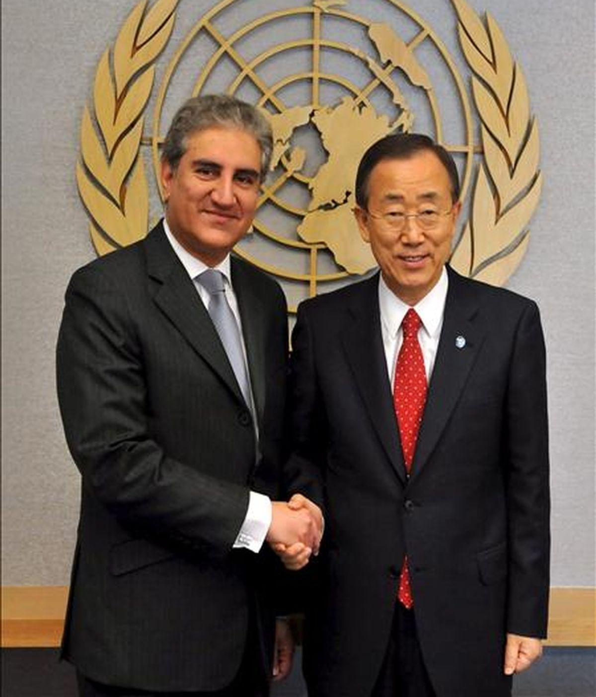 El ministro de Exteriores paquistaní, Makhdoom Shah Mehmood Qureshi (i) al secretario general de la ONU, Ban Ki-Moon, durante la cumbre de la ONU sobre los Objetivos de Desarrollo del Milenio en Nueva York, EE.UU., este 21 de septiembre. EFE