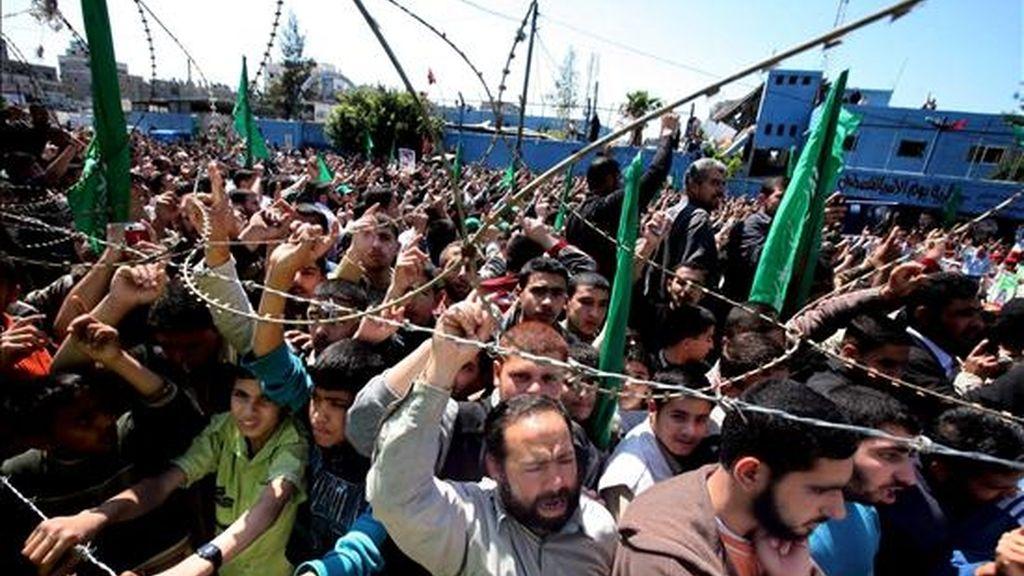 Imagen de la manifestación que el pasado viernes, 17 de abril, protagonizó un grupo de militantes de Hamás en el campo de refugiados de Jabaliya, al norte de la Franja de Gaza, en solidaridad con los presos palestinos encerrados en las cárceles israelíes. EFE/Archivo