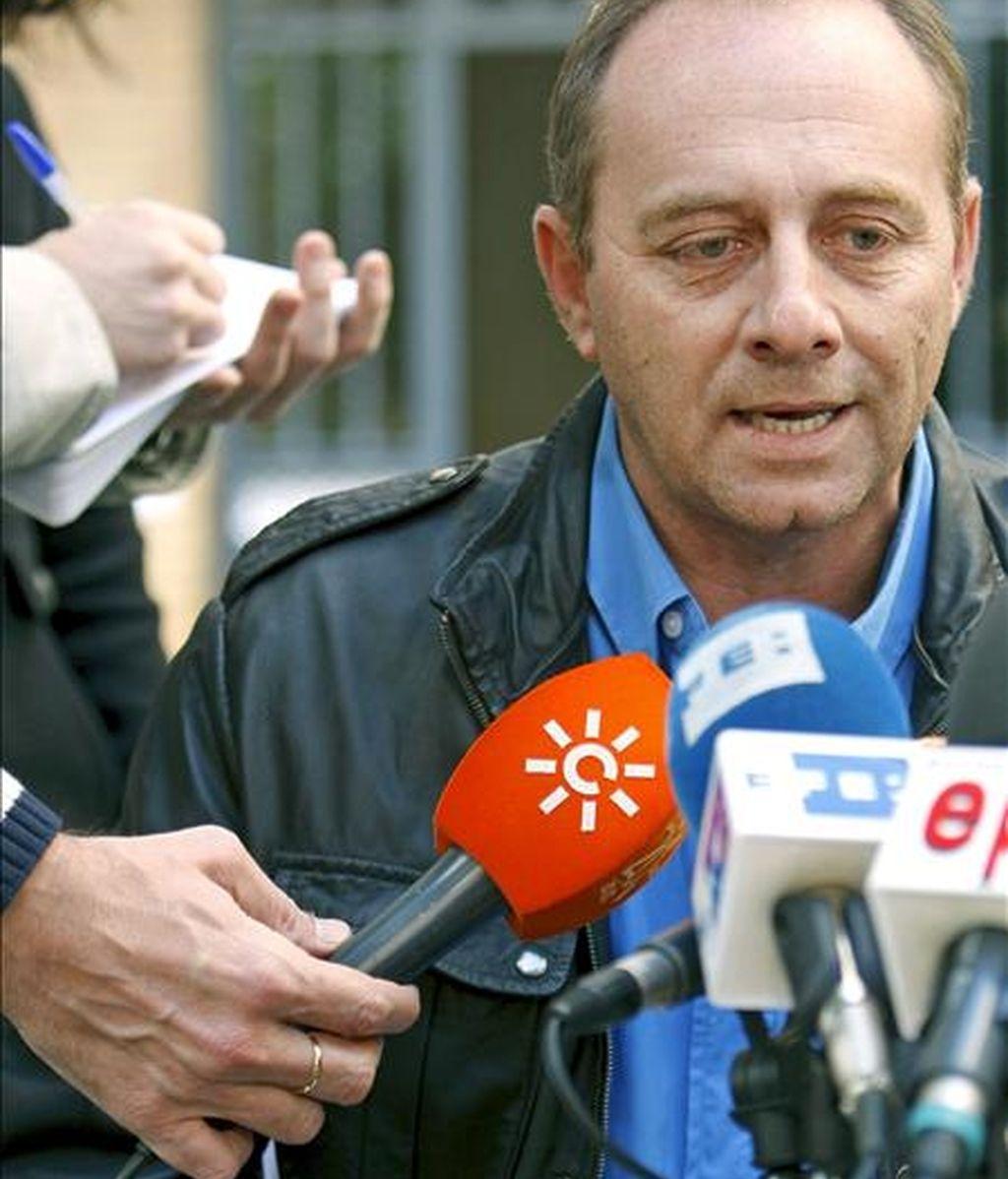 Antonio del Castillo, padre de la chica de 17 años desaparecida en Sevilla desde hace once días, durante la rueda de prensa que ha ofrecido a las puertas de su vivienda familiar.EFE