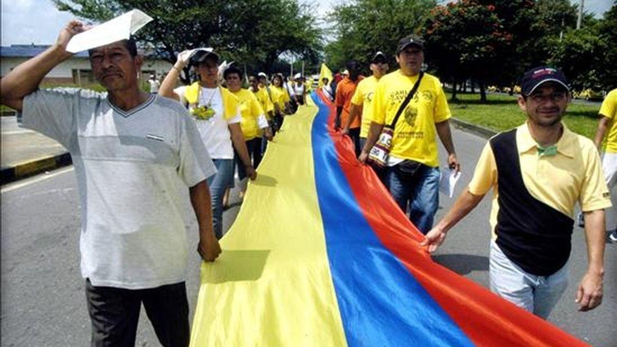 La marcha, una iniciativa impulsada a través de la red social Facebook por un grupo de universitarios con apoyo de la empresa privada, coincidirá con el cumpleaños número 58 de Uribe, nacido el 4 de julio de 1952 en la ciudad de Medellín. EFE/Archivo