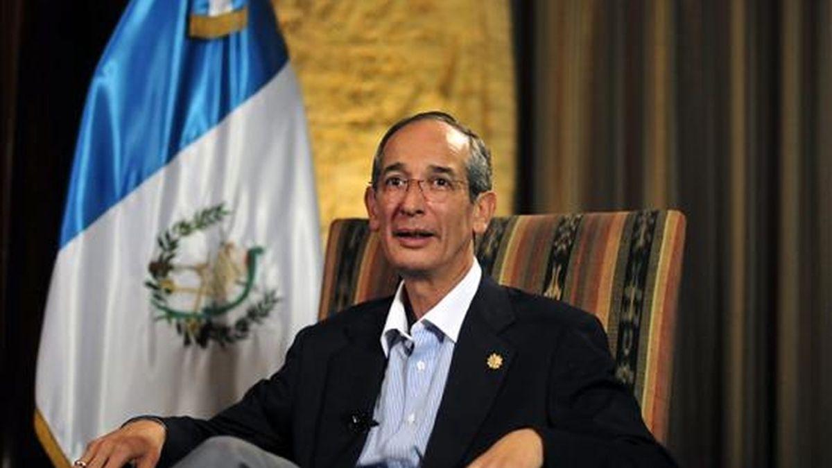 El presidente de Guatemala, Álvaro Colom, habla durante una entrevista concedida a Efe, donde descartó la posibilidad de un golpe de Estado en su contra. EFE