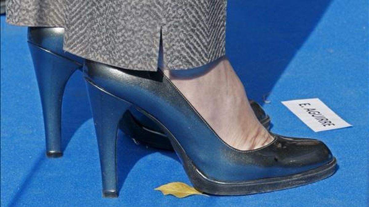 Detalle de los zapatos de la presidenta del PP de Madrid y presidenta de la Comunidad, Esperanza Aguirre. EFE/Archivo