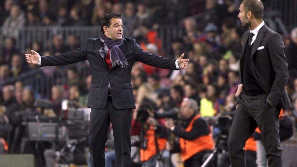 Los entrenadores del Levante, Luis García (i), y del FC Barcelona, Pep Guardiola, durante el partido correspondiente a la decimoséptima jornada del Campeonato Nacional de Liga de Primera División que ambos equipos disputaron en el estadio Camp Nou. EFE/Archivo
