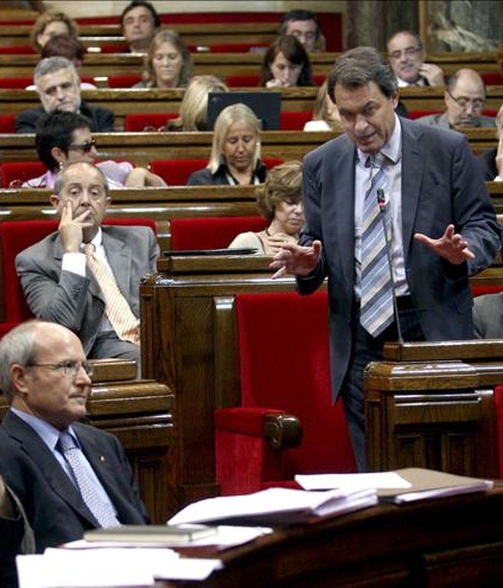 El presidente de la Generalitat, José Montilla (i), y el líder de CiU, Artur Mas (d), durante una sesión de control en el parlamento catalán. EFE/Archivo