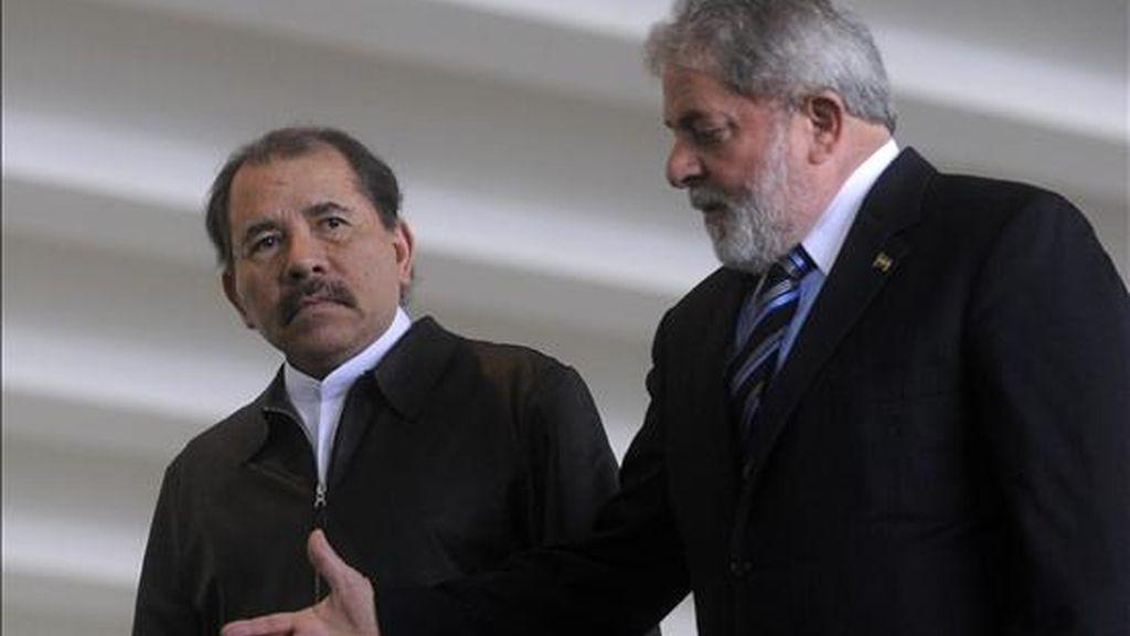 El presidente brasileño, Luiz Inácio Lula da Silva (i), habla con su homólogo nicaragüense, Daniel Ortega (d), al recibirlo en el Palacio del Itamaraty en Brasilia (Brasil). EFE