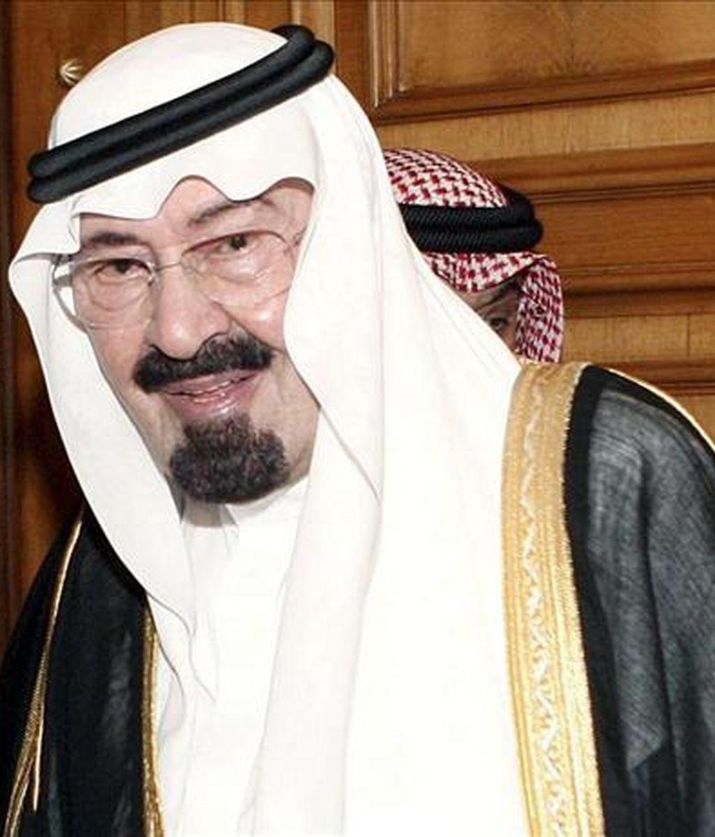 El rey de Arabia Saudí, Abdulá bin Abdelaziz sufre de una hernia de disco y un coágulo que presionan algunos nervios en la parte baja de la espalda, según ha informado la Casa Real saudí. EFE/Archivo