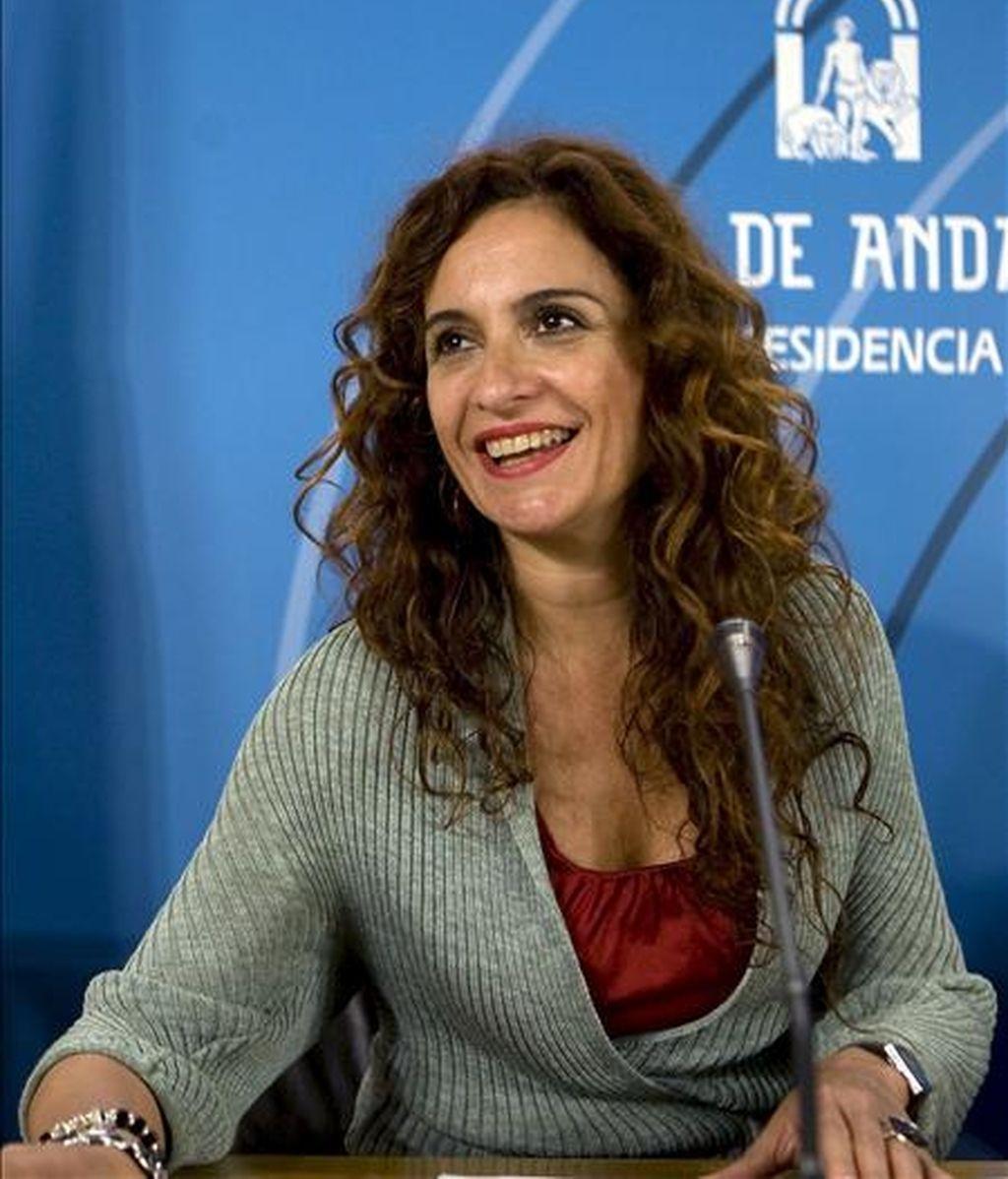 """La consejera andaluza de Salud, María Jesús Montero, en la rueda de prensa ofrecida tras la reunión del Consejo de Gobierno de Andalucía que hoy aprobó, entre otros asuntos, el proyecto de ley de derechos y garantías de la dignidad de las personas en el proceso de la muerte, conocida como """"ley de muerte digna"""". EFE"""