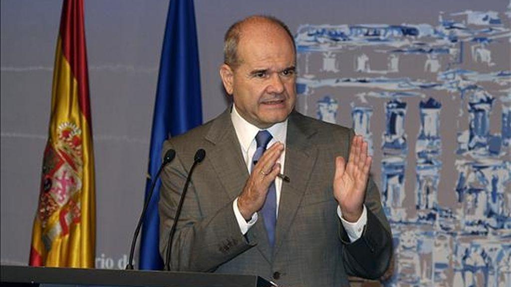 El vicepresidente tercero del Gobierno, Manuel Chaves, durante la rueda de prensa que ofreció para informar del balance de ejecución del Fondo Estatal para el Empleo y la Sostenibilidad Local. EFE