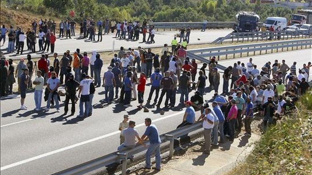 Piquetes mineros cortan la autovía A-6, a la altura de la localidad leonesa de Bembibre, durante una protesta. EFE/Archivo