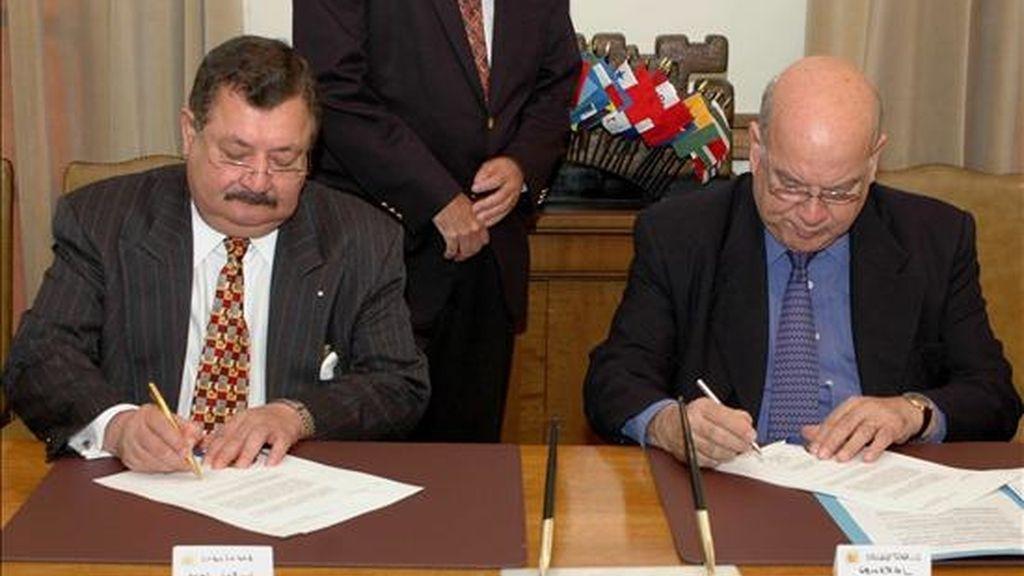 El Secretario general de la Organización de los Estados Americanos (OEA) José Miguel Insulza (d) junto al embajador Carlos Sosa Coello (i) Representante Permanente de Honduras ante la OEA. EFE/Archivo