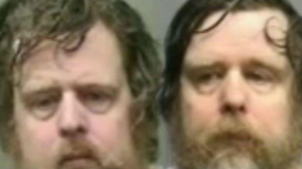 La foto de los dos hermanos, Edwin Larry Berndt  y Edward Christian Berndt, de 48 acusados de asesinato, después de que la policía de Houston encontró el cadáver de su madre muerta desde hacia tres meses. Foto ABCNews.