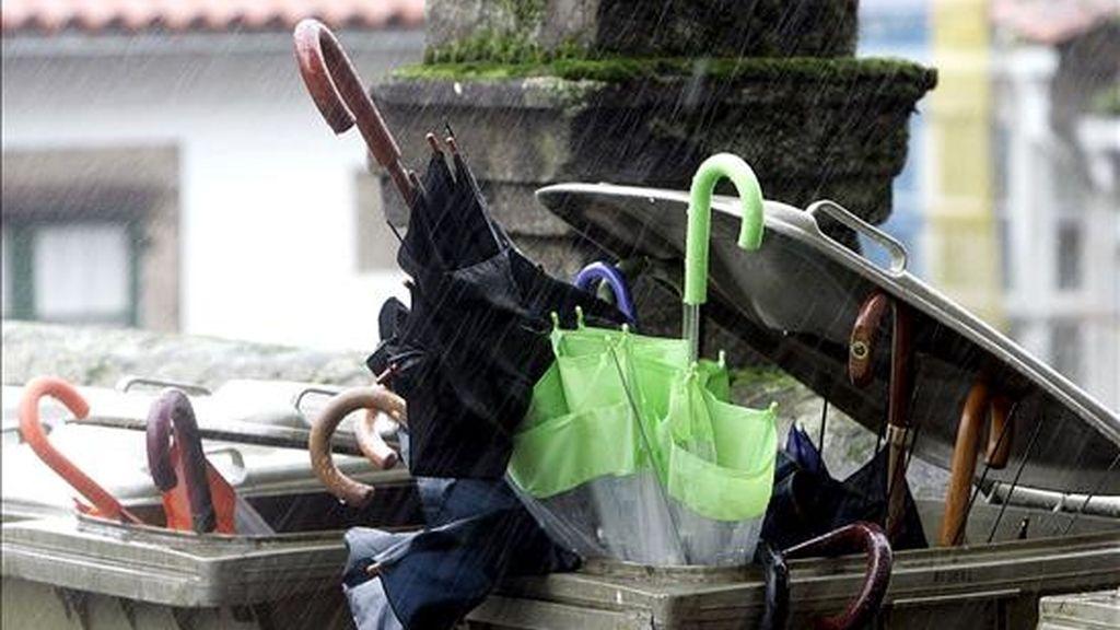 """Numerosos paraguas han resultado destrozados este mediodía en Santiago de Compostela debido al temporal de viento, al paso de la borrasca """"Quinten"""". EFE"""