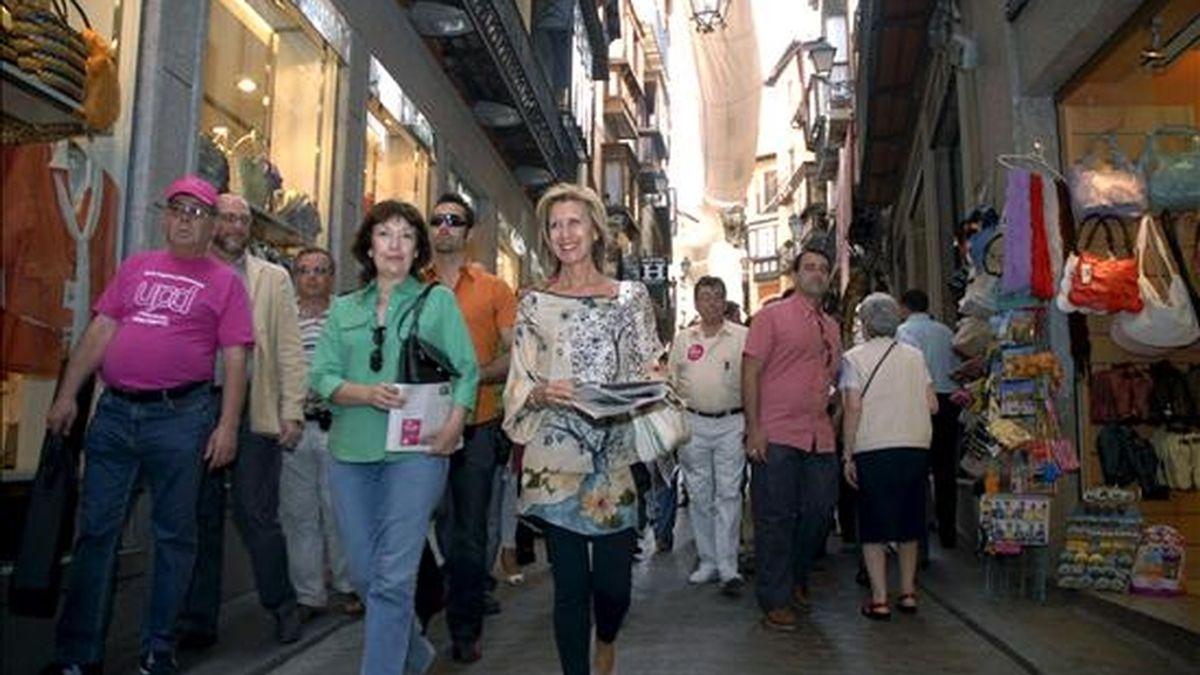 La presidenta de UPyD, Rosa Díez (dcha), durante un paseo por las calles de Toledo durante el último día de la campaña electoral. EFE