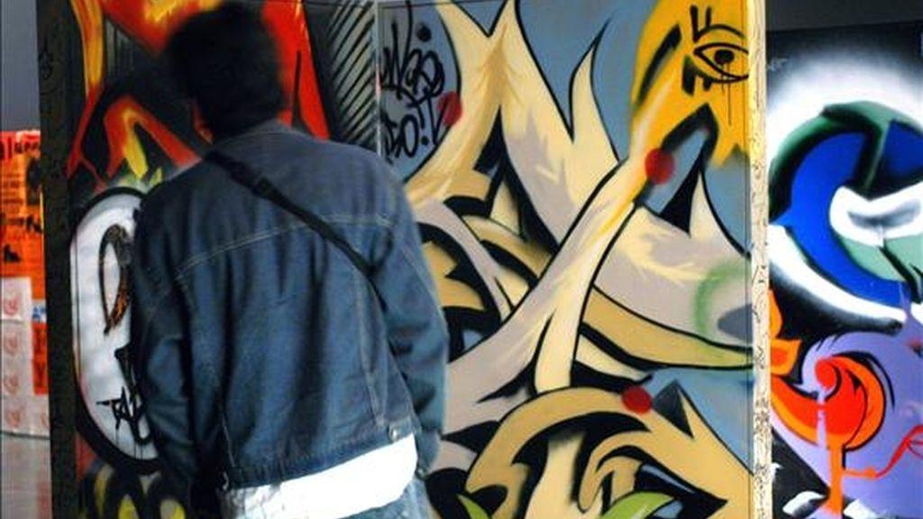 """Un visitante observa la muestra """"Ciudad in-visible"""" en la ciudad de Bogotá. El colectivo """"Populardelujo"""" está presente en el Festival La Mar de Músicas en Cartagena (Murcia). EFE/Archivo"""