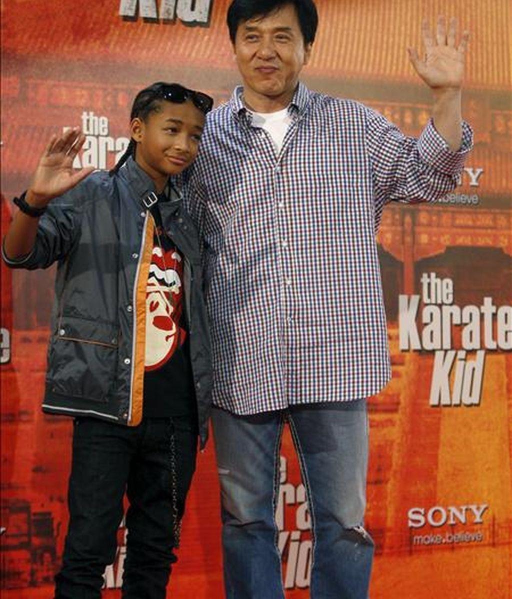 """El actor Jackie Chan (d), durante la presentación en Madrid de la película """"Karate Kid"""", uno de los clásicos del cine adolescente de los años ochenta, que vuelve al cine con una versión, protagonizada por Jaden Smith (junto a él), el hijo de Will Smith, que es junto a su esposa uno de los productores de la cinta. EFE"""