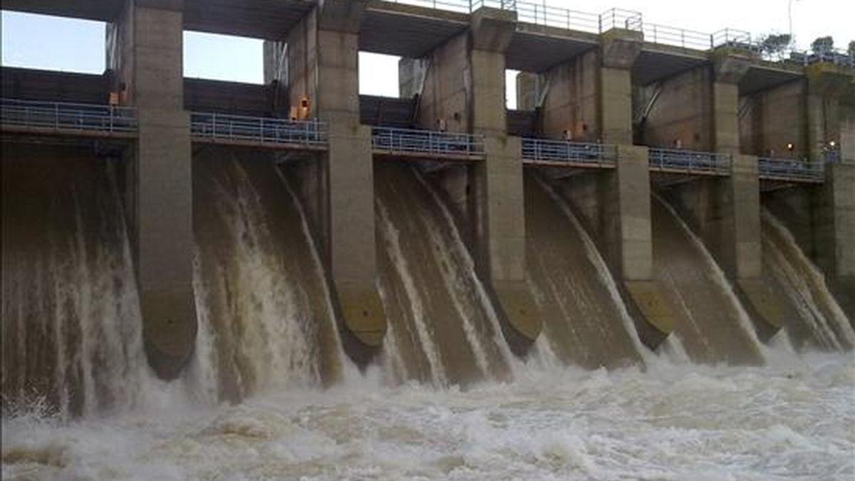 Por las intensas lluvias de las últimas horas en la provincia de Ciudad Real han provocado el desbordamiento del río Jabalón en las comarcas de Montiel y La Mancha, se ha tenido que desembalsar agua de la presa que se encuentra en el curso bajo de su cauce. En la foto, el embalse de Vega del Jabalón. EFE