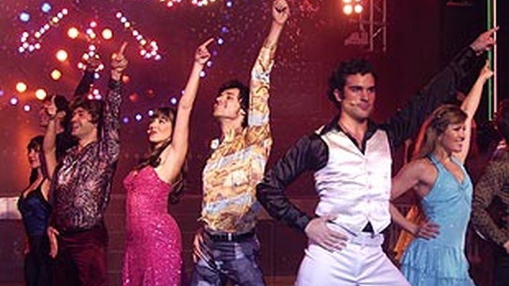 El elenco del musical bailando Saturday Night Fever