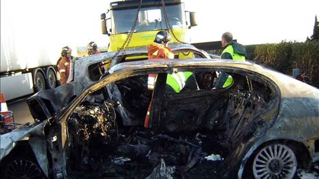 En la imagen, los bomberos durante las labores de rescate de tres víctimas que estaban atrapadas en los turismos y que fallecieron en un choque frontal entre dos vehículos en la AP-7. EFE/Archivo