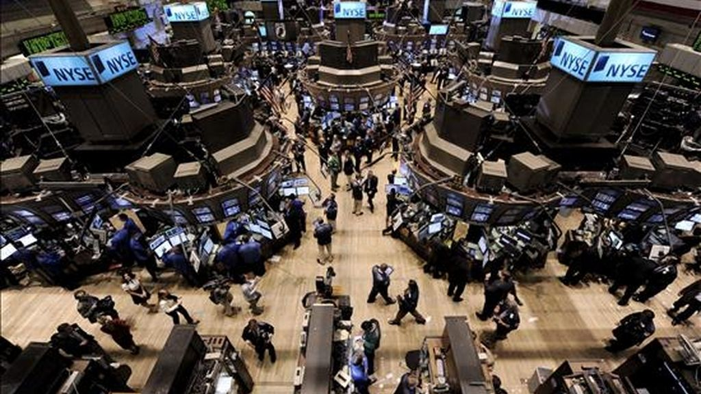 El Dow Jones de Industriales acabó en 11.052,49 enteros, tras restar 39,51 unidades, por lo que finalmente logró mantener la cota de los 11.000 puntos, que había perdido hacia la media sesión de esta primera jornada de la semana. EFE/Archivo