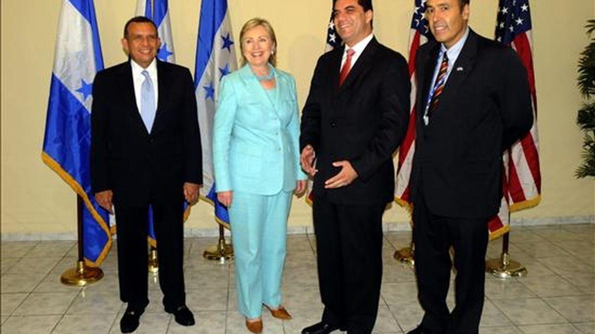 La secretaria de Estado de Estados Unidos, Hillary Clinton (2i), se reunió el martes con los candidatos presidenciales de Honduras Porfirio Lobo (i) y Elvin Santos del partido liberal (2d), en San Pedro Sula (Honduras). EFE