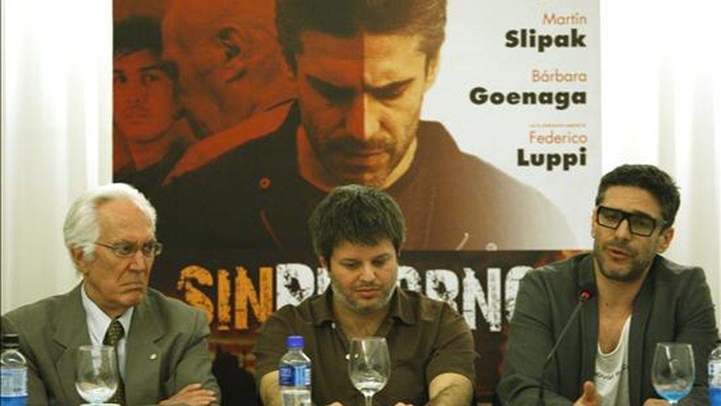 """El actor Leo Sbaraglia (d) ofrece una conferencia de prensa junto a su colega Federico Luppi (i) y al director Miguel Cohan (c) sobre la película """"Sin Retorno"""", su ópera prima. EFE"""