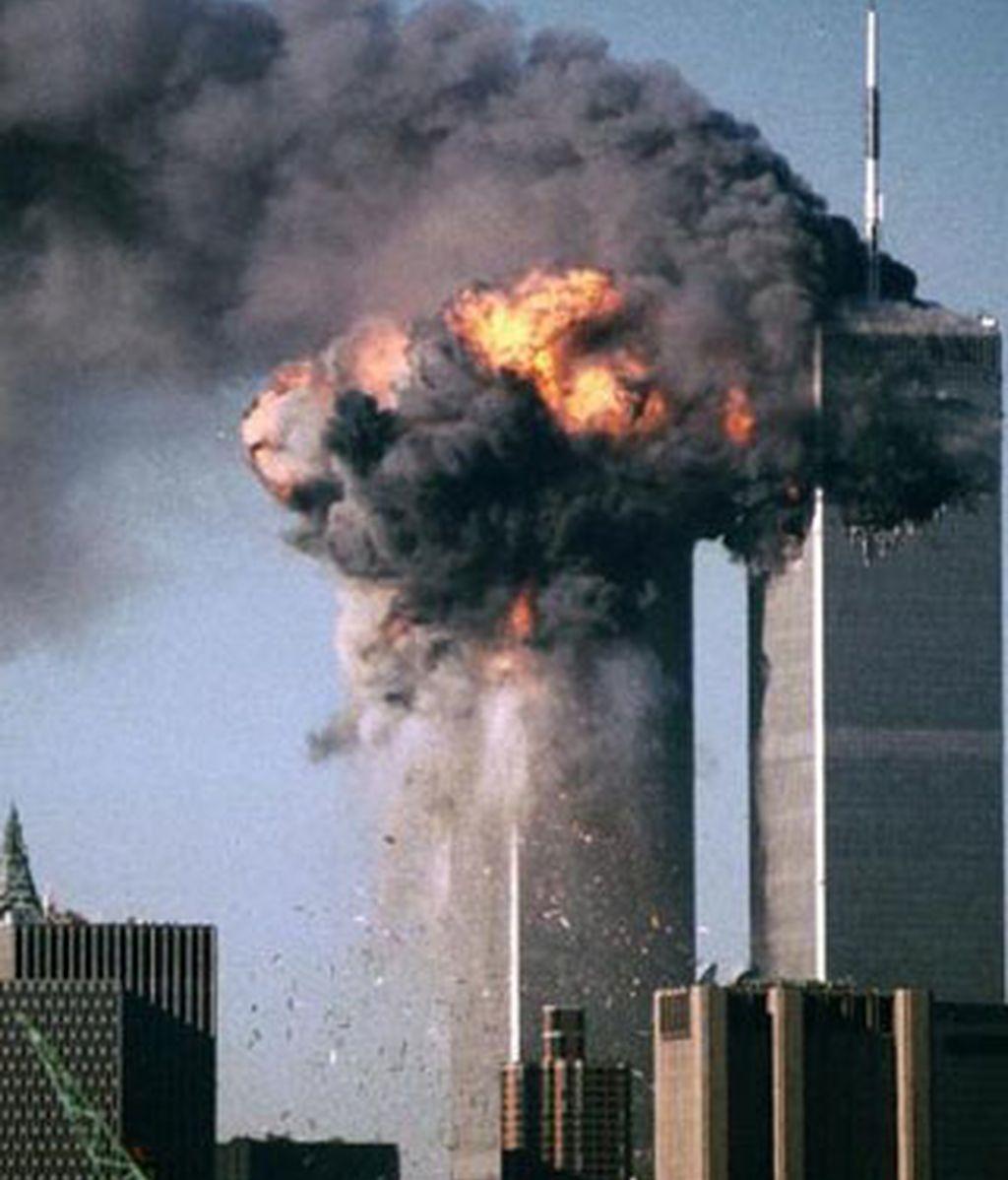 Una de las torres gemelas de Nueva York en el momento en que uno de los terroristas de Al Qaeda estrellaba el avión contra ella. Foto REUTERS