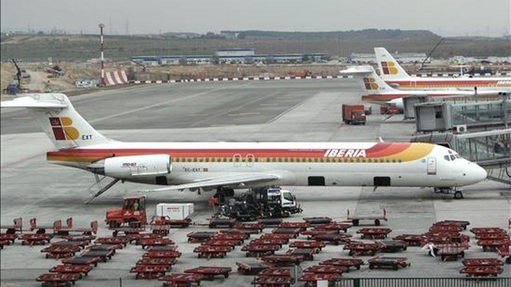 Vista de un avión McDonnell Douglas MD-87 de Iberia en la terminal T-4 del aeropuerto Madrid-Barajas. EFE