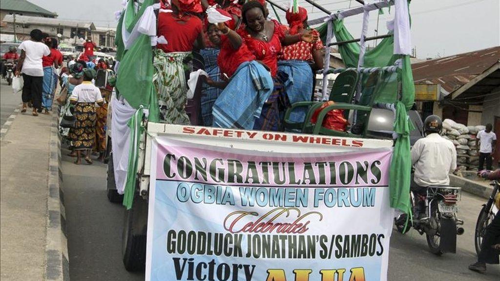 Una asociación de mujeres celebra la victoria en las elecciones presidenciales del actual presidente de Nigeria, Goodluck Jonathan, en la localidad de Yenagoa, en el estado nigeriano de Bayelsa. EFE/Archivo