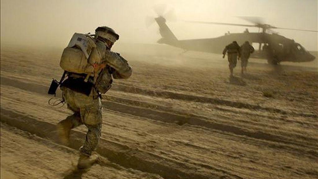 Fotografía cedida por el Ejército de Estados Unidos que muestra a unos soldados estadounidenses cerca de Tal Afar, Irak. Washington y Bagdad firmaron un pacto de seguridad por el que EE.UU. se compromete a retirar sus tropas de las principales ciudades de Irak en junio de 2009. EFE/Archivo