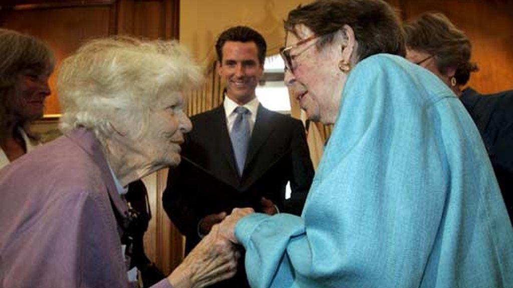 El alcalde de San Francisco (EEUU), Gavin Newsom (c), oficializa el matrimonio de las lesbianas Del Martin (i), de 87 años de edad, y Phyllis Lyon (d), de 84. Foto: EFE