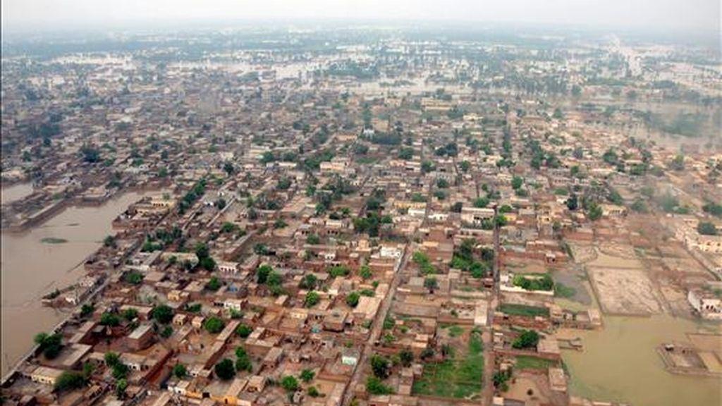 Vista aérea que muestra hoy las zonas inundadas cerca de Tonsa Sharif en el sur del Punjab (Pakistán). Según la Autoridad Nacional de Gestión de Desastres (NDMA) las inundaciones son las peores en el país surasiático en los últimos 80 años. EFE
