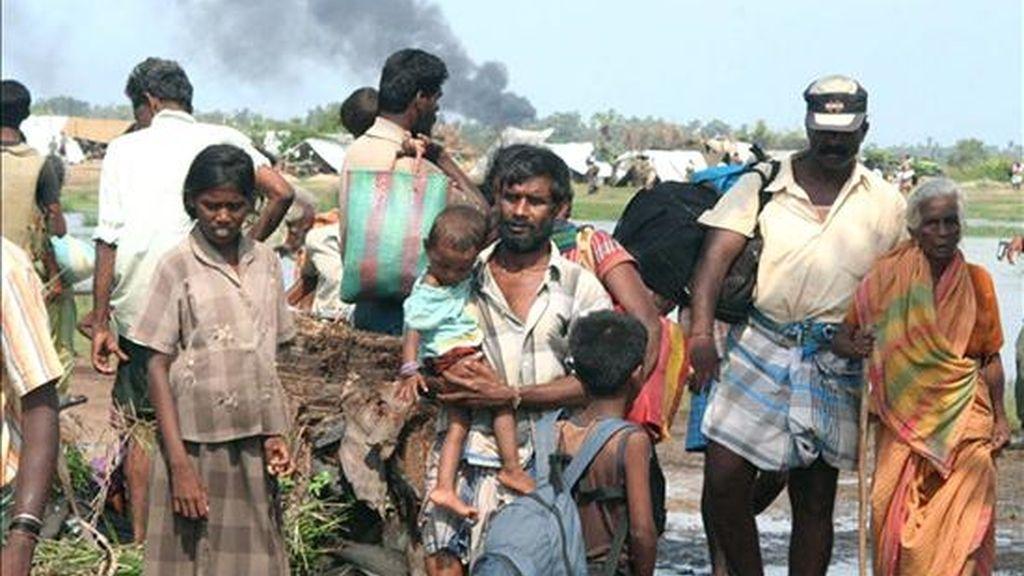 Un grupo de civiles llega a una área de control militar este 20 de abril, en Mullaitivu, 420 km al noreste de Colombo (Sri Lanka), después de que al menos 17 personas murieron a manos de la guerrilla tamil. EFE
