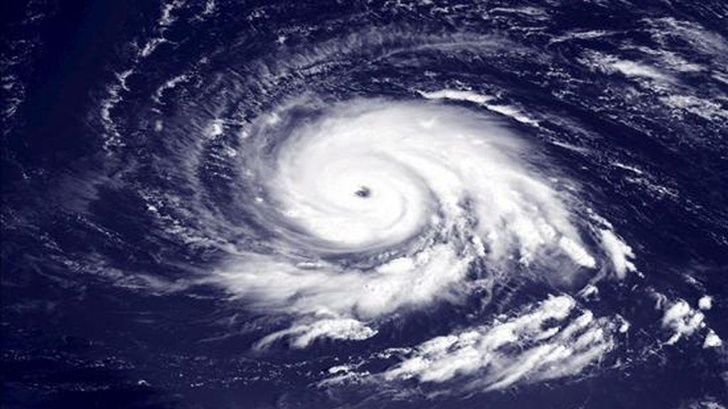 """Imagen de satélite facilitada por la Administración Nacional de Océanos y Atmósfera de Estados Unidos (NOAA, por su sigla en inglés) que muestra el huracán """"Igor"""" sobre el océano Atlántico el pasado 13 de septiembre. EFE"""