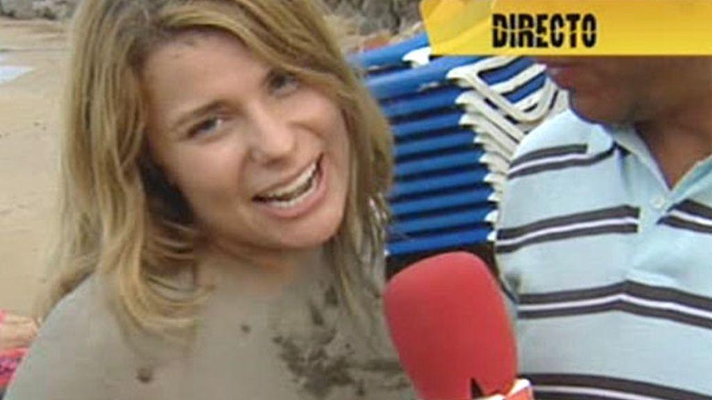 María Lapiedra cubierta de arcilla