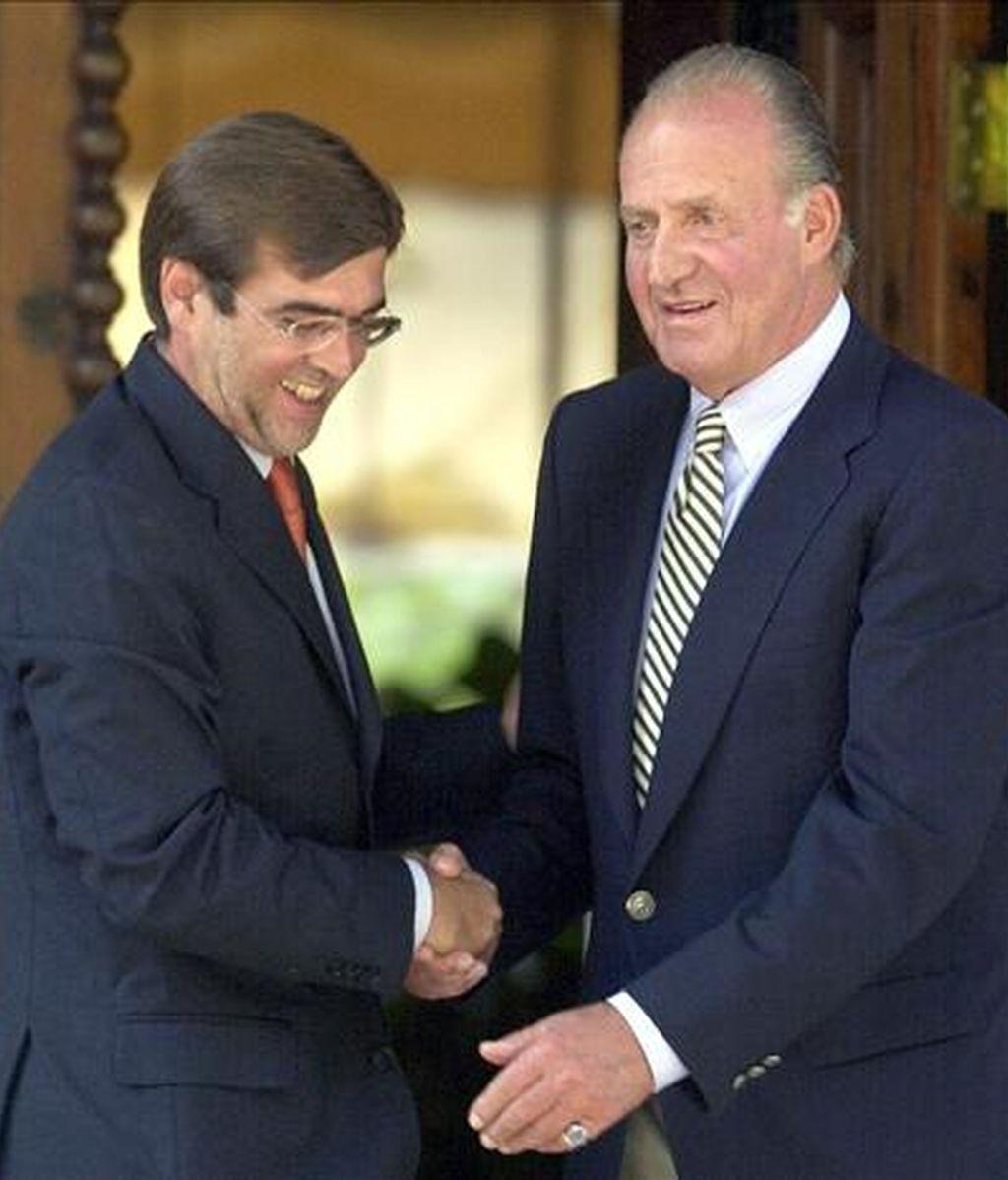 El rey Juan Carlos durante una audiencia con el presidente del Gobierno balear, Francesc Antich (i). EFE/Archivo