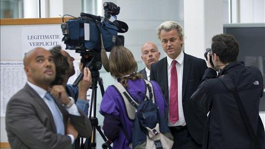 El líder del partido antimusulmán de extrema derecha, Geert Wilders (centro), tras depositar su voto. EFE