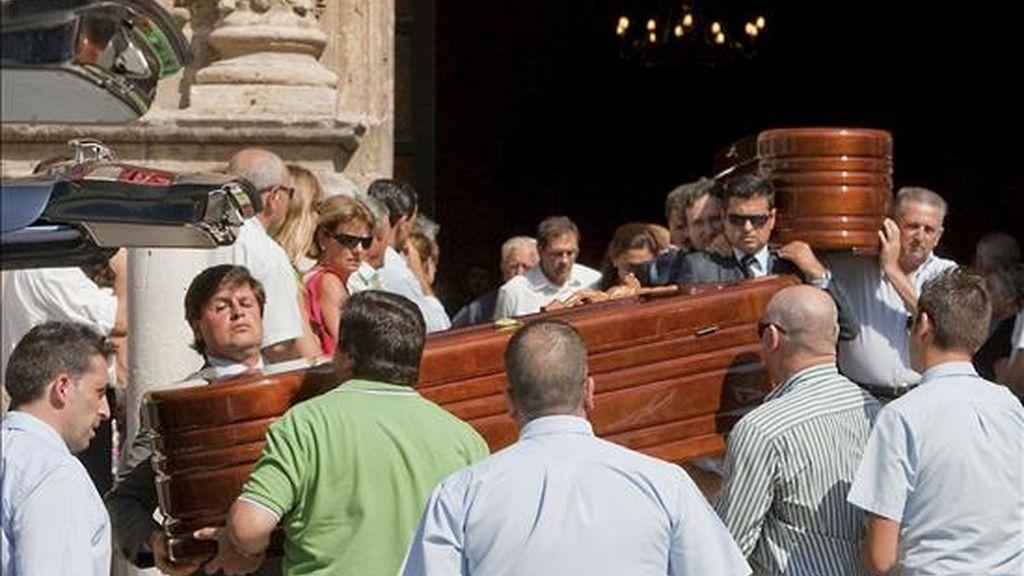 Familiares y amigos, hoy con los féretros de Milagros y Francisco, matrimonio hallado muerto en su casa de El Puerto de Santa María (Cádiz) en la noche del pasado sábado tras confirmarse de que se trata de un nuevo caso de vioencia machista. EFE