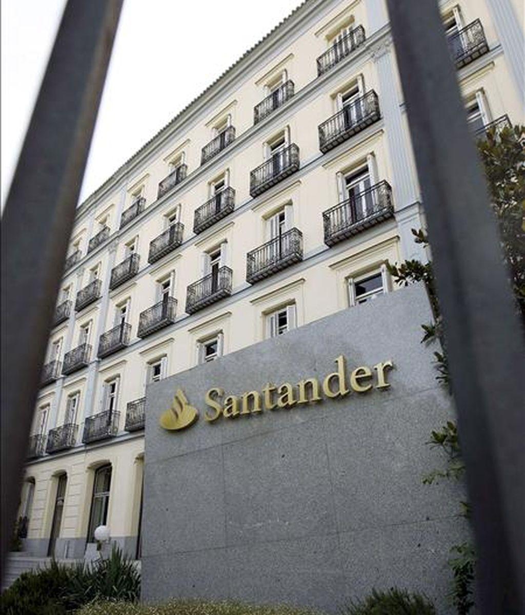 En la imagen, fotografía de archivo tomada el 01/08/2008 de la sede del Banco de Santander, en Madrid. EFE/Archivo