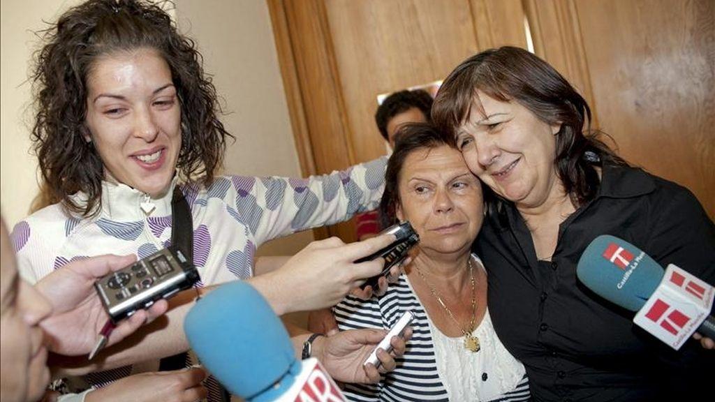 """Emiliana G.P. (d), de 52 años, acusada de matar con un cuchillo a su marido, Santiago Asensio, en el domicilio familiar de Argés (Toledo) en mayo de 2006, atienden a los medios acompañada por una de sus hijas y su hermana, tras ser declarada hoy por un jurado popular """"no culpable"""" de los hechos. EFE"""