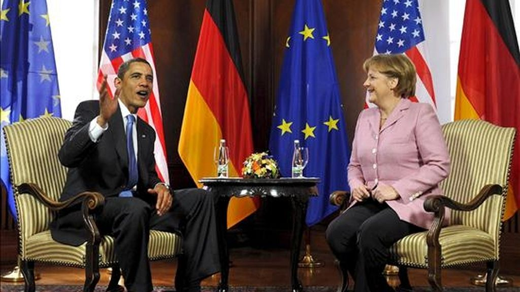 La canciller alemana, Angela Merkel, conversa con el presidente estadounidense, Barack Obama, en Baden-Baden. EFE