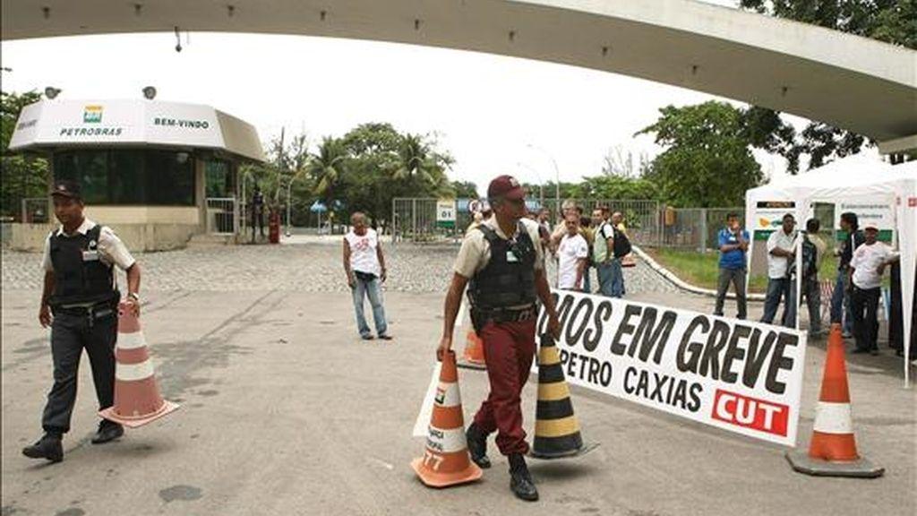 Empleados de la petrolera brasileña Petrobras participan en una huelga nacional el pasado 24 de marzo en la refinería de Duque de Caxias, Río de Janeiro (Brasil). EFE