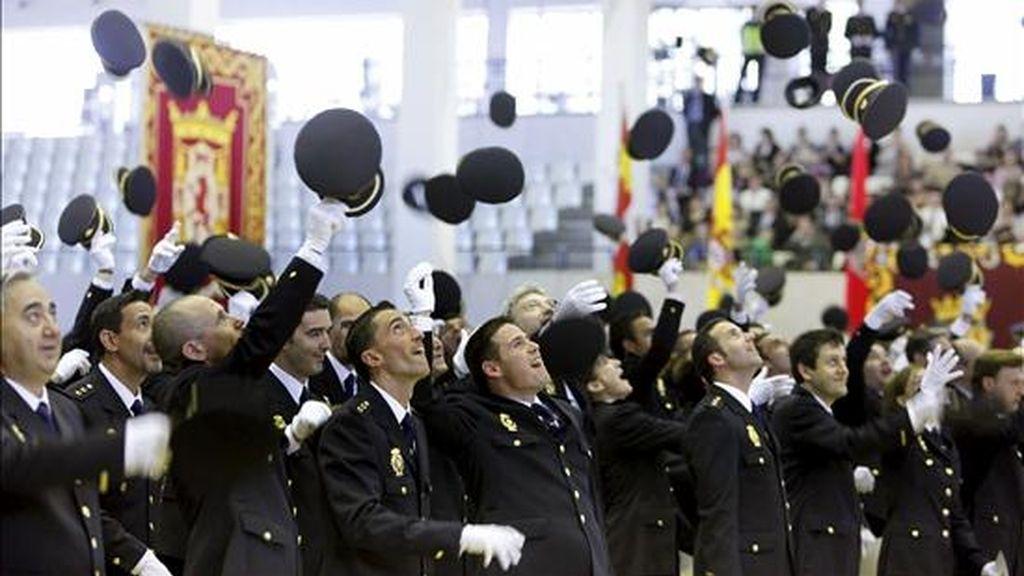 Alumnos de la XX Promoción de Inspectores del Cuerpo Nacional de Policía lanzan sus gorras al término del acto de entrega de títulos celebrado en Ávila. EFE