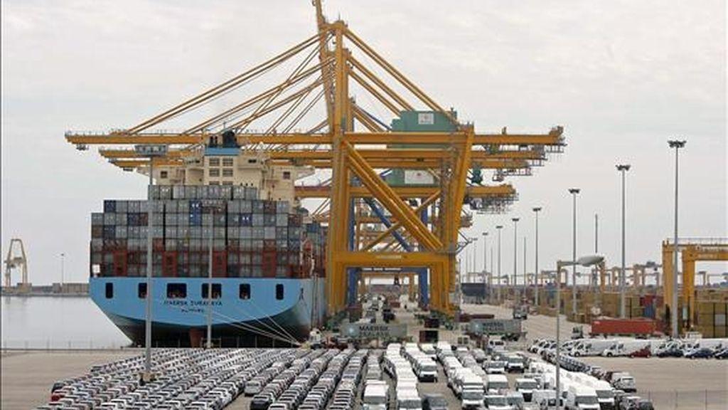 En la imagen, varios buques de mercancías atracados en el puerto de Valencia. EFE/Archivo