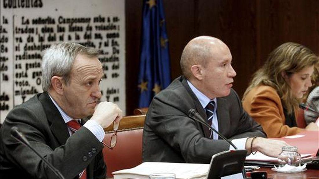 Los senadores socialistas Hilario Caballero (i), Nicolás Fernández y Basilia Sanz, durante la Comisión de Presupuestos del Senado que ha vetado hoy por mayoría los Presupuestos Generales del Estado de 2011, tras prosperar el veto propuesto por el BNG con el apoyo de los votos del PP (12), CiU (1) y el del propio senador nacionalista gallego. EFE