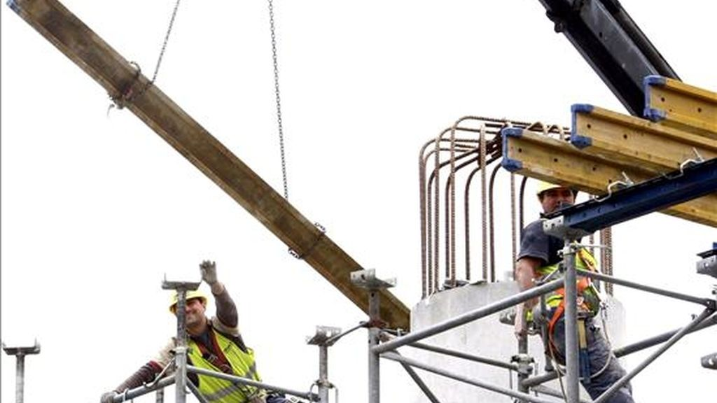 Varios operarios trabajan en una obra. EFE/Archivo
