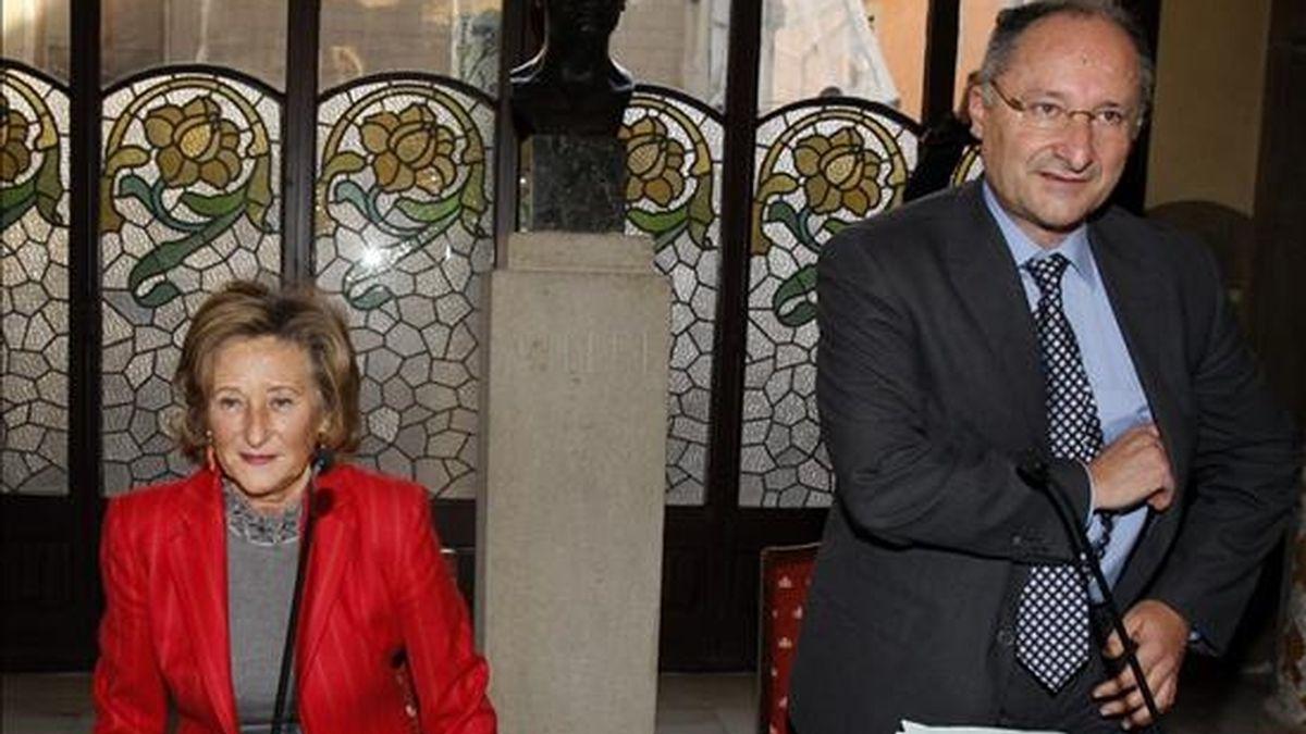 """El director general del Palau de la Música, Joan Llinares (d), junto a la actual presidenta del Orfeó Català-Fundación Palau de la Música, Mariona Carulla, en la rueda de prensa ofrecida hoy para explicar los acuerdos de la primera reunión de la nueva junta de la entidad celebrada anoche, y en la que ha anunciado su renuncia al cargo al entender que su tarea está """"hecha y acabada"""" desde que la asumiera en julio de 2009. EFE"""